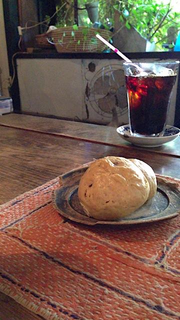 マンヂウカフェ ムギマル2 アイスコーヒーとまんじゅう