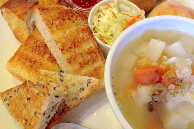 カフェむぎわらい パンの盛り合わせとスープ