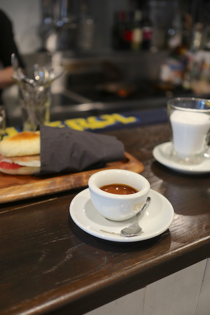 カフェ ソスペーゾ エスプレッソとパニーノ