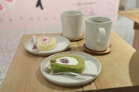 いちごのロールケーキと抹茶のロールケーキ STUDIO KAKAO FRIENDS