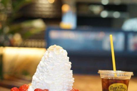 ストロベリー、ホイップクリームとマカダミアナッツとアイスコーヒー Eggsn Things Coffee