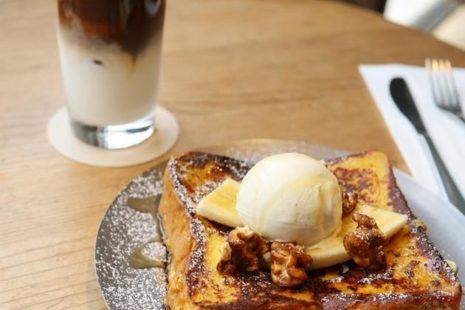 フレンチトーストとアイスカフェラテ yellow cafe