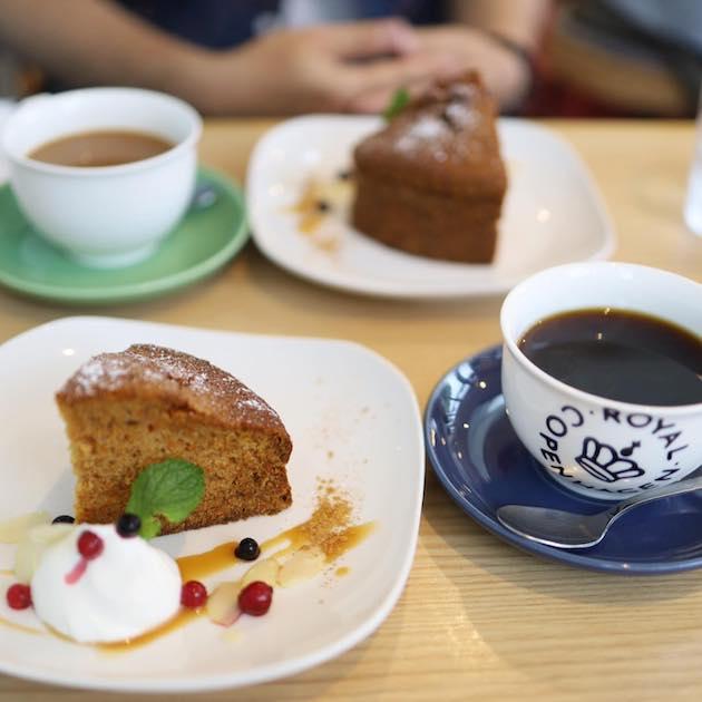 キャロットケーキとブレンドコーヒー komae cafe